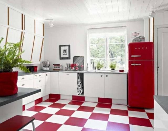 кухня с красным холодильником фото